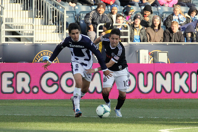 Roger Torres and David Cabarera working for the ball